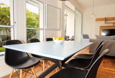 פרקטים למטבח עם כסאות שחורים