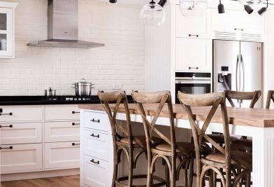 אי במטבח מעל פרקטים למטבחים