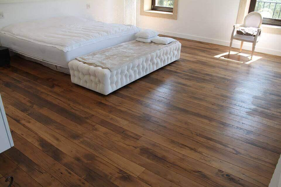 עץ גושני בחדר השינה